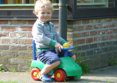 Nikibel kinderopvang spelen in de tuin auto
