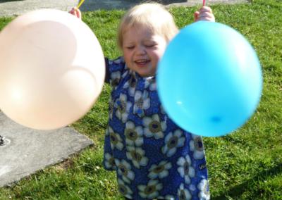 Nikibel kinderopvang spelen in de tuin ballon