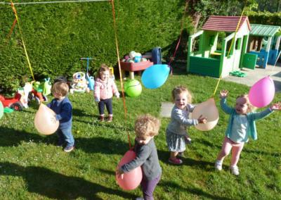 Nikibel kinderopvang spelen in de tuin ballonnen