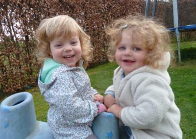 Nikibel kinderopvang spelen in de tuin op de wip