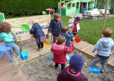 Nikibel kinderopvang spelen in de tuin zandbak